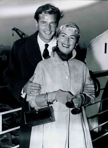 Squires,Dorothy07mit Roger Moore.jpg